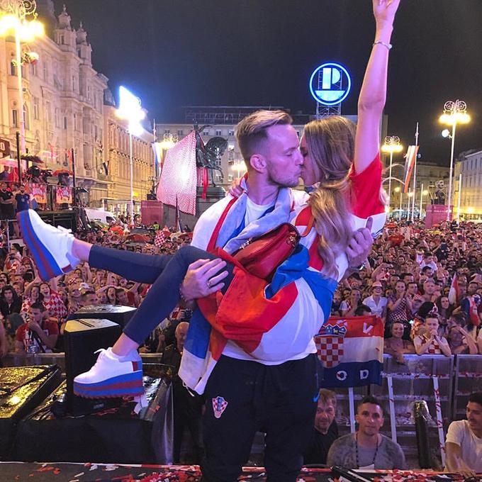 Hôm 16/7, ngay sau khi trở về từ Nga với ngôi Á quân World Cup 2018, tuyển Croatia có buổi lễ mừng công tại quảng trườngBan Jelacic ở trung tâm thủ đô Zagreb. Trên trang cá nhân, tiền vệ Rakitic gây chú ý khikhoe bức ảnh bế bổngbà xã Raquel Mauri và trao cô nụ hôn ngọt ngào trước rừng CĐV Croatia.
