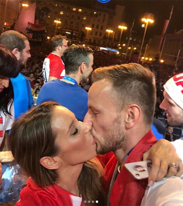 Raquel Mauri cũng chia sẻ trên Instagram cá nhân khoảnh khắc khóa môi đắm đuối của hai vợ chồng.