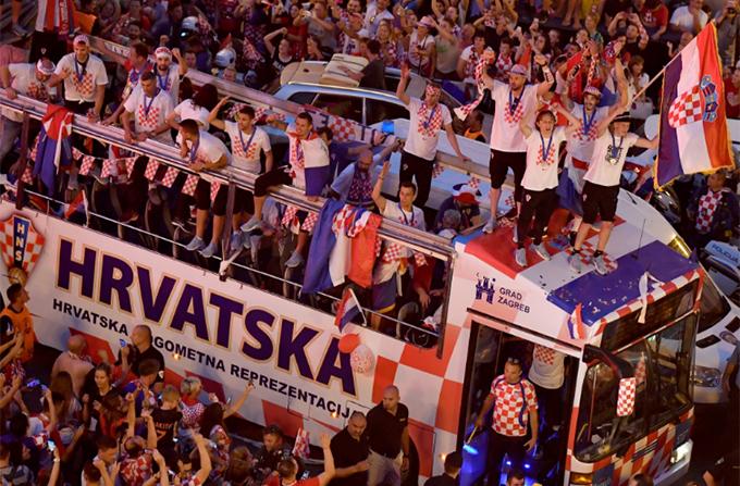 Tuyển Croatia trở về trong sự chào đón nồng nhiệt của các CĐV. Dù không giành chức vô địch, họ vẫn là những người hùng khi mang về thành tích cao nhất cho bóng đá Croatia từ trước tới nay.