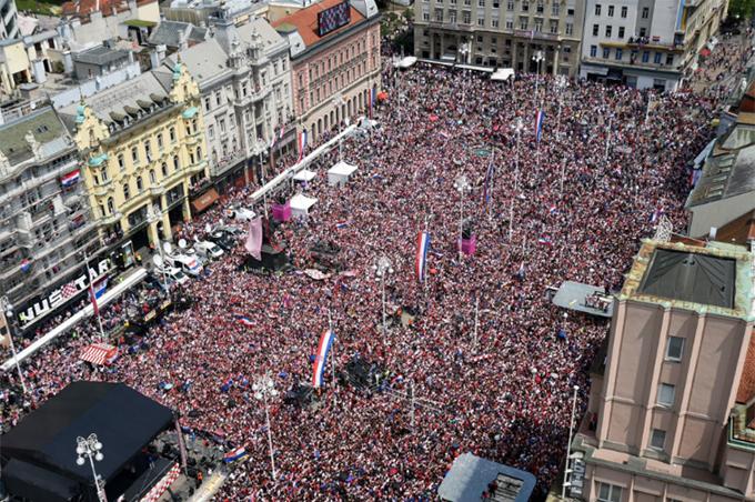 Hàng chục nghìn CĐV tụ tập ở quảng trườngBan Jelacic để chung vui cùng tuyển Croatia.