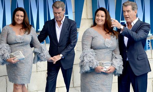 """Pierce Brosnan ôm eo, dắt tay bà xã trên thảm đỏ """"Mamma Mia 2"""""""