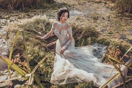 Khánh Linh The Face lộng lẫy với váy cưới ren đắp nổi