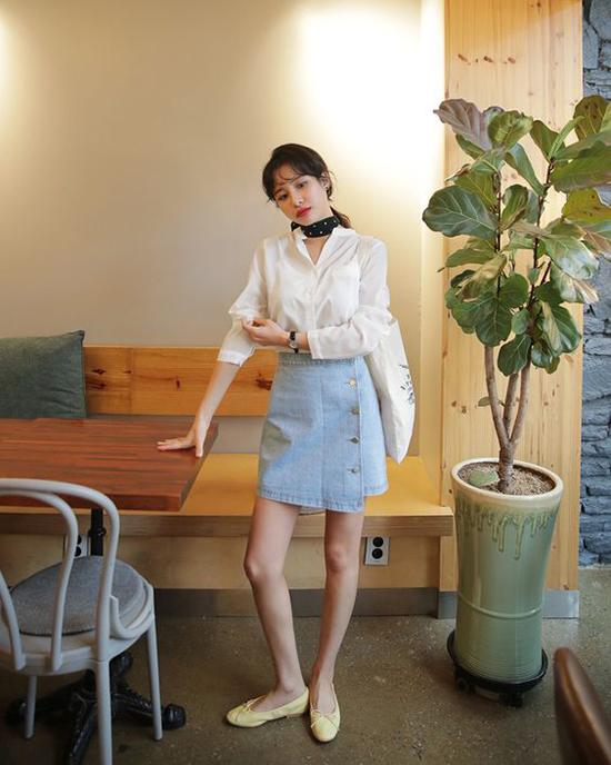 Đi cùng kiểu áo cài nút thông dụng là chân váy jean vạt xéo, khăn turban, giày búp bê và túi tote.
