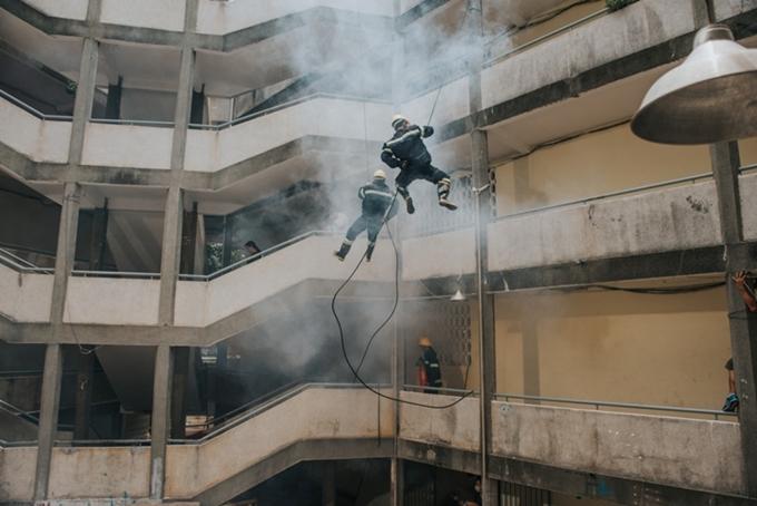 Cảnh quay khiến êkíp vất vả nhất làcảnh đám cháy ở khu chung cư.Khoảng 50 diễn viên tham gia cùng lúc và có những cảnh đu dây từ trên cao xuống để cứu người.Mộtêkíp cascadeur chuyên nghiệp được mời tham gia dù chỉxuất hiện vài giây trong MV.