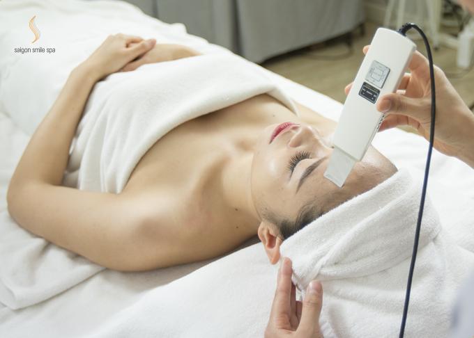 Đầu tiên, loại bỏ các tế bào sừng chết lâu ngày trên da bằng công nghệ sóng siêu âm hiện đại, đưa da về trạng thái cân bằng, sẵn sàng hấp thu tối đa mọi dưỡng chất.