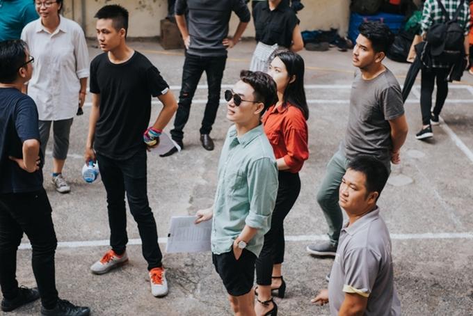 Đạo diễn Kawaii Tuấn Anh chia sẻ: Khi nhận demo ca khúc, tôi thấm đến từng chữ trong lời bài hát vì bản thân cũng từng trải qua những cảm xúc đó. Tôi cùng biên kịch Minh Châu đã trò chuyện với Trúc Nhân và kịch bản MV ra đời ngay tối hôm đó. Mọi thứ diễn ra nhanh chóng như chính những xúc cảm dâng trào trong mỗi người khi nghe ca khúc.
