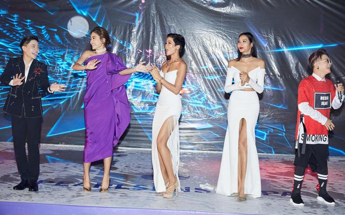 Hoa hậu và hai Á hậu Hoàn vũ lên sân khấu nhảy múa, quẩy cùng các ca sĩ, bất chấp thời tiết mưa gió.