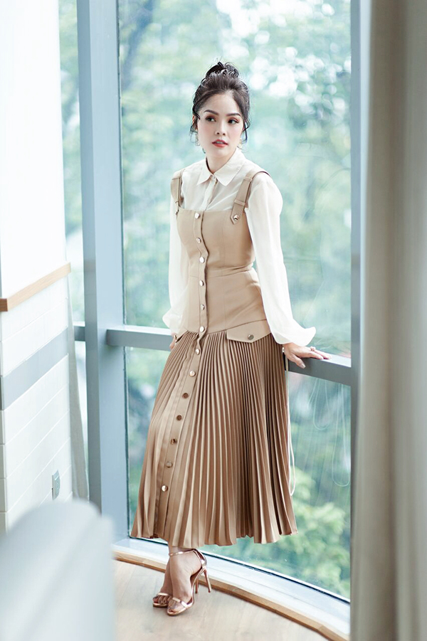 Bộ ảnh được thực hiện với sự hỗ trợ của stylist Trần Nhật Duy, nhiếp ảnh Đăng Quang, trang điểm Sang Nguyễn, trang phục Chung Thanh Phong, Châu Phạm.