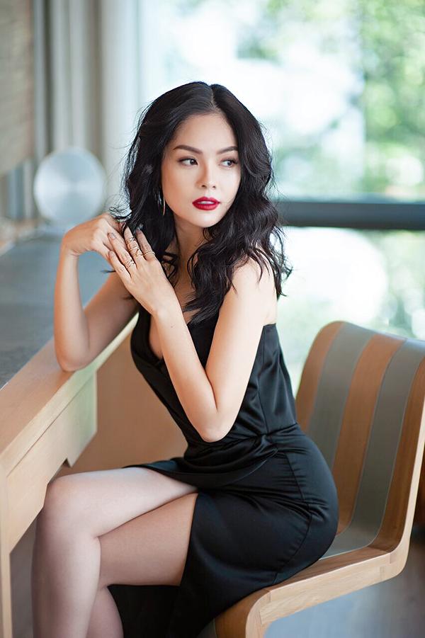 Các mẫu thiết kế kế trong bộ ảnh của Dương Cẩm Lynh dễ dàng áp dụng cho phái đẹp công sở khi tham gia dạ tiệc.