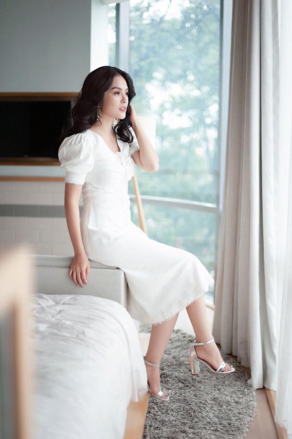 Váy trắng thanh lịch phù hơp với các bạn gái văn phòng yêu phong cách cổ điển.