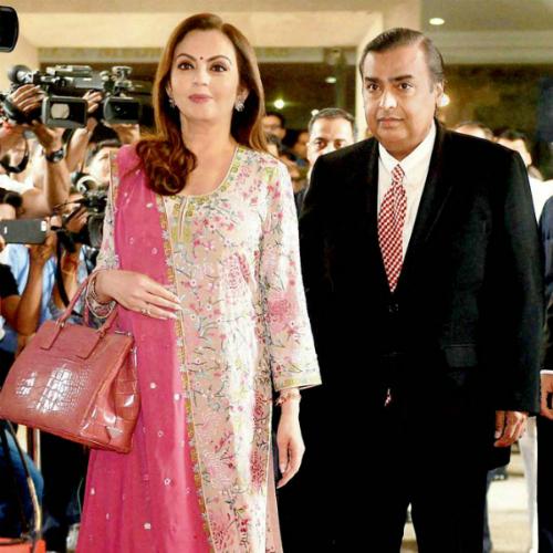 Vợ chồng người giàu nhất Ấn Độ. Ảnh: Mid-day.