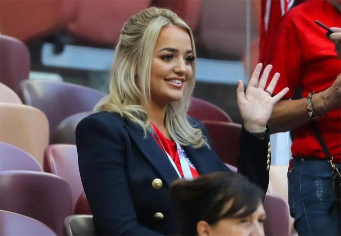 Megan Davison có mặt ở Nga cổ vũ Pickford và tuyển Anh. Bóng hồng 22 tuổi vừa tốt nghiệp đại họcSunderland năm ngoái.