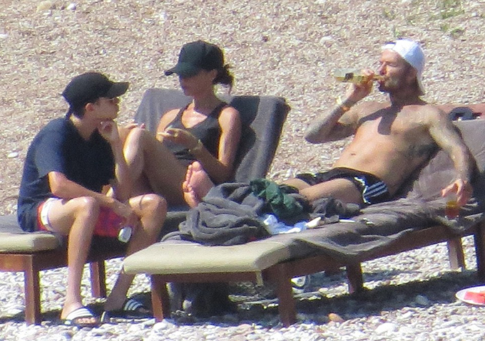 Becks cùng vợ con thư giãn, tắm nắng trên bãi biển.