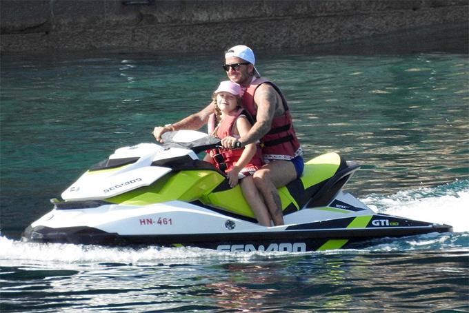 Becks lái môtô nước cùng con gái Harper đi dạo biển.