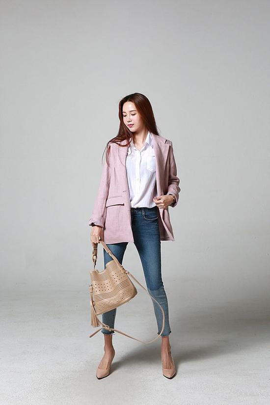 Sơ mi trắng quen thuộc sẽ trở nên bắt mắt khi được kết hợp cùng blazer hồng, skinny, túi xách tay tiện dụng.