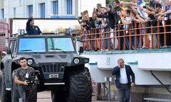 Maradona đi xe hầm hố, ra mắt đội bóng mới