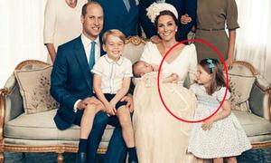 Công chúa Charlotte nhìn âu yếm, nắm tay Louis trong ảnh lễ rửa tội