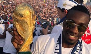 Không khí lễ rước Cup qua camera của các tuyển thủ Pháp