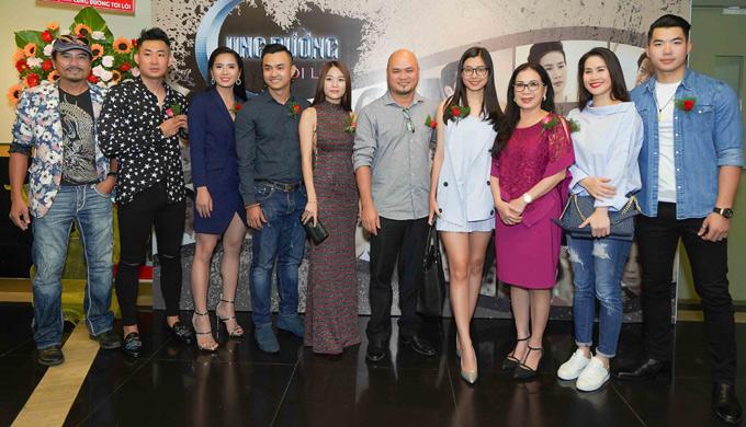 Hoàng Tuấn Cườngchụp ảnh cùng dàn diễn viên Cung đường tội lỗi tại sự kiện ở TP HCM. Phim phát sóng vào 14h thứ bảy và chủ nhật hàng tuần trên kênh VTV3, bắt đầu từ ngày 21/7.