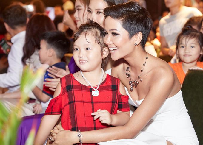 HHen Niê thân thiện chụp ảnh cùng một fan nhí tại sự kiện.