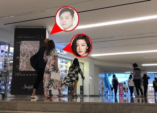 Jeon Ji Hyun và ông xã đi shopping.