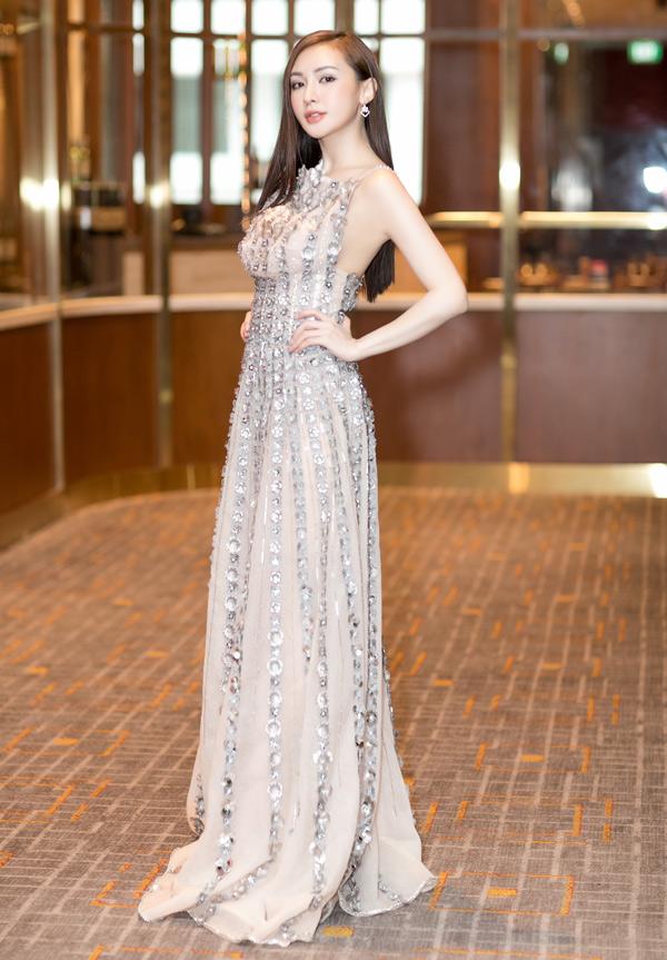Người đẹp điệu đà, gợi cảm với váy dây đính hoa nổi lấp lánh.