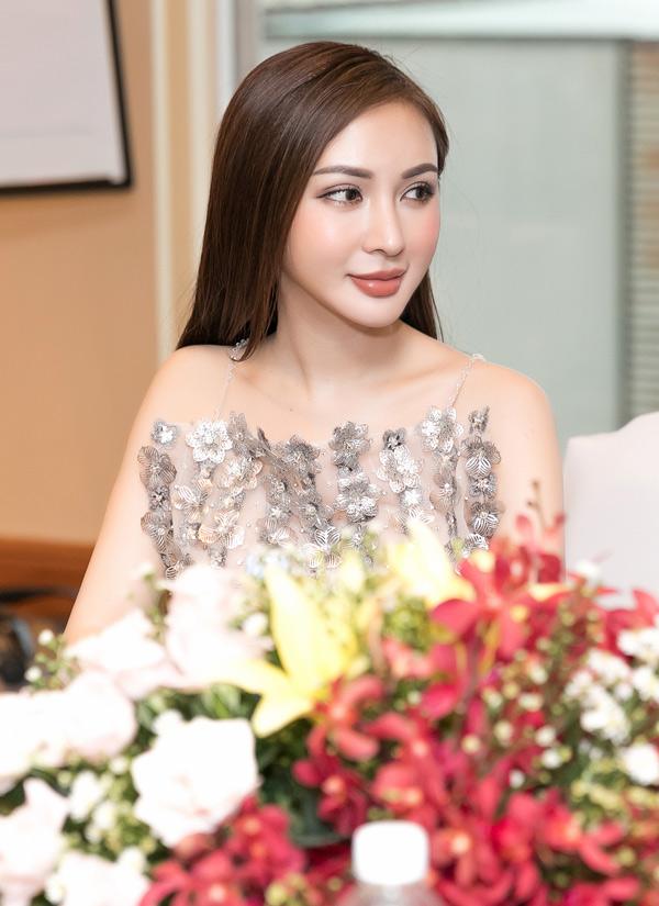 Cô tiết lộ đang là đại sứ Liên hiệp Du lịch Thẩm mỹ Hàn Quốc tại Việt Nam.
