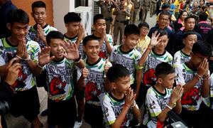 Các thiếu niên Thái Lan lần đầu tâng bóng sau khi xuất viện