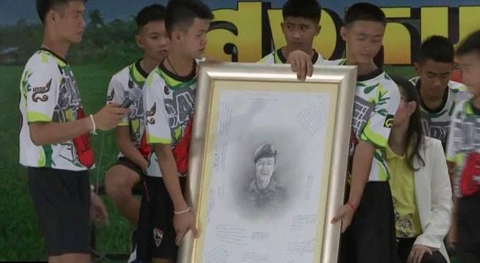 Bức tranh vẽ chân dung Saman Kunan kèm những lời nhắn của các cậu bé sẽ được trao tặng cho gia đình vị đặc nhiệm anh hùng. Ảnh: AP.
