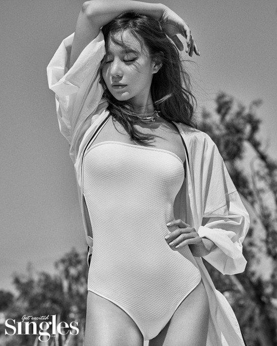 Diễn viên Kim Ah Joong tái xuất với hình ảnh gợi cảm, nữ tính trêntạp chí thời trang Singles số tháng 8. Trong trang phục áo tắm, mỹ nhân Sắc đẹp ngàn cân khoe ba vòng nuột nà, làn da rắm nắng. Từng một thời bị chê vì gương mặt dao kéo kém tự nhiên nhưng hiện tại, Kim Ah Joong trông đã xinh đẹp hơn rất nhiều.