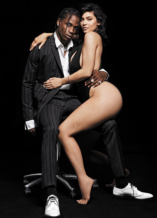 Kylie Jenner cùng bạn trai xuất hiện nóng bỏng trên trang bìa tạp chí GQ. Cô út nhà Kardashian mặc bodysuit hở bạo phần hông.