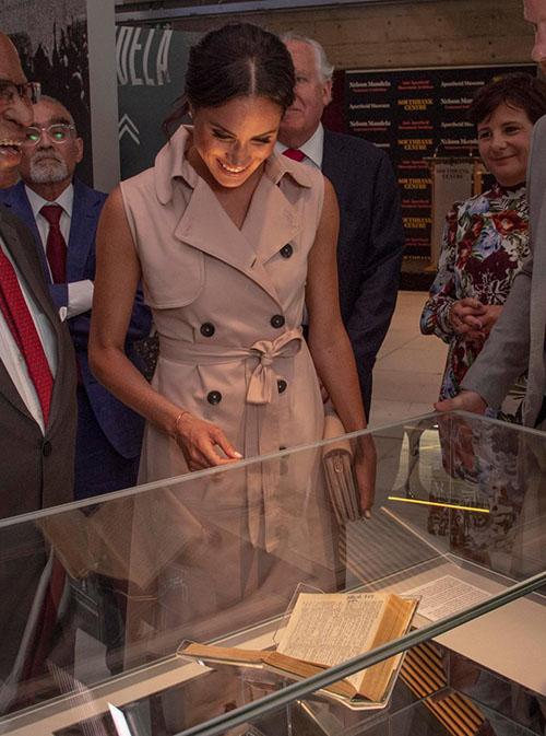 Nữ Công tước xứ Sussex chăm chú ngắm các vật phẩm được trưng bày.