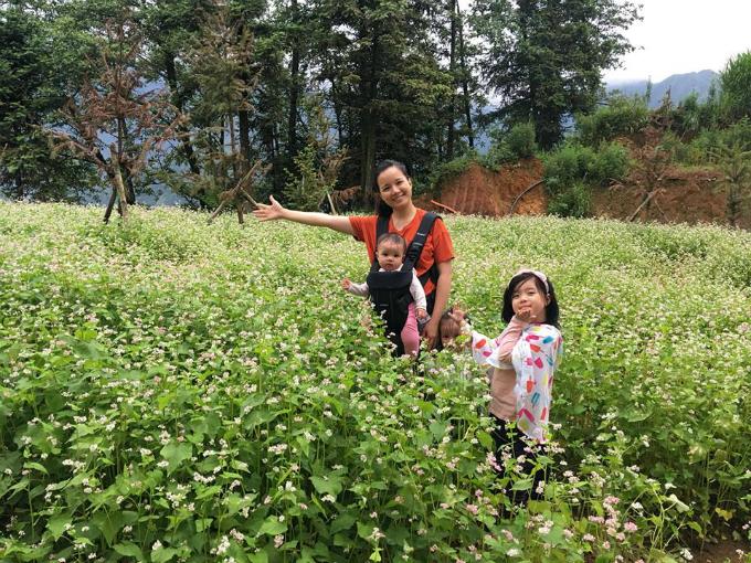 MC Minh Trang thường đưa các con đi chơi ngoài trời.