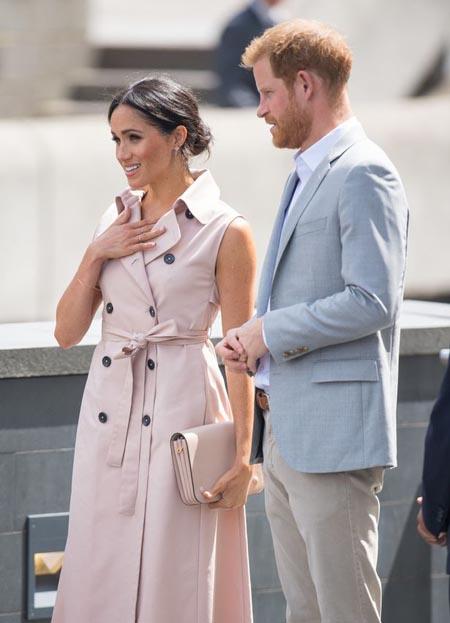 Meghan xinh đẹp với mẫu váy hồng sát nách khi đi triển lãm cùng chồng hôm 17/7. Ảnh: PA.