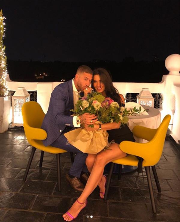 Ramos ngỏ lời cầu hôn với bạn gáiPilar Rubio hôm 17/7 trong bữa tối lãng mạn ở một khu nghỉ dưỡng gần biển ở Hy Lạp. Trên trang cá nhân, trung vệ Real khoe với bạn bè và các fan loạt ảnh tình cảm của hai người kèm theo chú thích: Tôi đã ngỏ lời và cô ấy nói đồng ý.