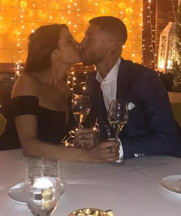 Trung vệ 32 tuổi và bạn gái trao nhau nụ hôn ngọt ngào sau khi ngỏ lời thành công.