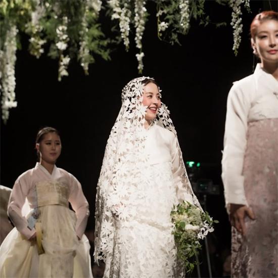 Seo Jung Hee đẹp rạng rỡ trên sân khấu thời trang.