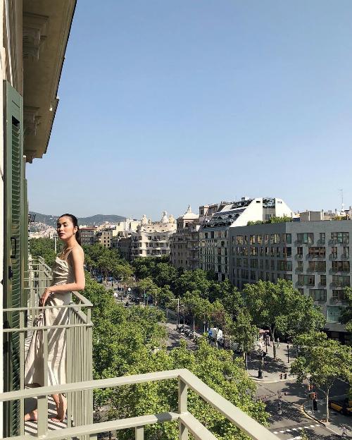 Ngọc nữ Tăng Thanh Hà diện váy hai dây, khoe thân hình mảnh mai trong chuyến du lịch ở Đan Mạch.