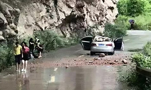 Xe hơi bẹp dúm vì bị đá trên núi rơi trúng