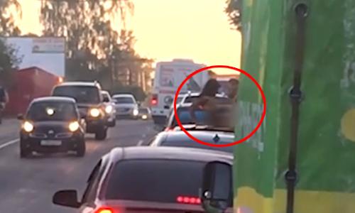 Cặp nam nữ làm 'chuyện ấy' trên nóc ôtô giữa phố đông
