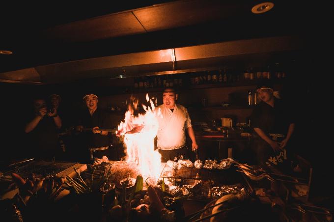 Ánh lửa đỏ rực hòa cùng làn khói thơm phức mùi cá và rau củ nướng phủ mờ không gian. Cung cách phục vụ của đội ngũ nhân viên ở đây đúng chuẩn phong cách Nhật Bản. Bên cạnh đó, đội ngũ đầu bếp được các bếp trưởng người Nhật đào tạo bài bản cũng là nét đặc trưng của quán.