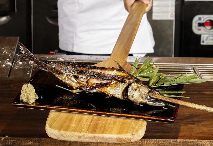 Hamayaki Saba (Cá saba nướng muối): Thịt cá baba ngọt, chứa nhiều dinh dưỡng, được đầu bếp chế biến thành nhiều món ăn ngon. Tại Shamoji, cá hamayaki Saba được xiên xoắn đẹp mắt trong một thanh tre sau đó sẽ được nướng trên than hồng, rắc chút muối ăn cùng salad. Miếng cá saba mềm ngọt, không bị xém lửa mà lại thơm ngát, quyến rũ, cho bạn cảm giác thú vị khi thưởng thức.