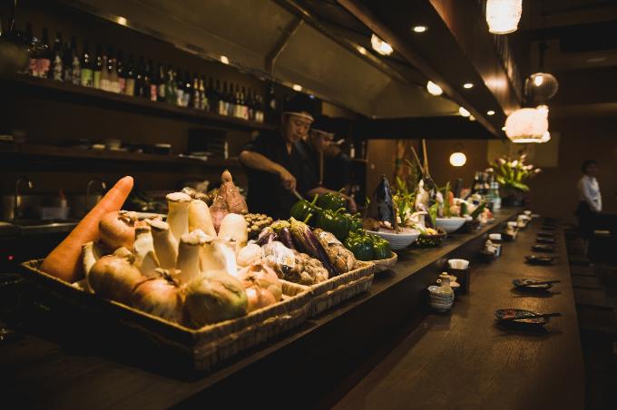 Một nhà bếp mở, với chiếc bàn dài, rau củ, tôm cá tươi ngon được bày biện ngay trước mắt bạn. Những chiếc muôi và hình vẽ ngộ nghĩnh trang trí khắp mặt tường là điểm cộng cho quán. Tất cả đều do một tay đầu bếp của quán lên ý tưởng thiết kế và bài trí. Đèn, chén dĩa đều được chọn lựa ngẫu nhiên, không tuân theo bất cứ quy luật nào.