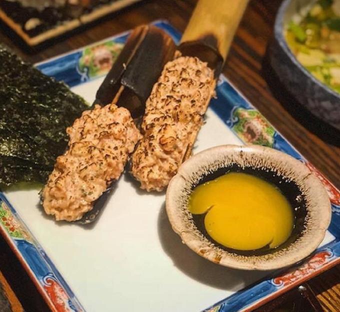 Sake namero là món cá hồi băm nhỏ kết hợp với lá tía tô Nhật được tái qua lửa. Khi ăn, bạn sẽ cuộn cùng lá nori và chấm với lòng đỏ trứng gà. Món ăn gây thương nhớ bởi vị thơm của cá quyện với trứng tan chảy trong miệng.