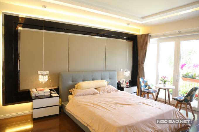 Tầng một của ngôi nhà là không gian riêng của Cao Thái Hà, bao gồm phòng ngủ nối liền với khu vực chứa túi xách, quần áo. Bên ngoài phủ ngủ, cô trồng nhiều cây xanh, tạo sự thoáng đãng để làm việc, đọc kịch bản...