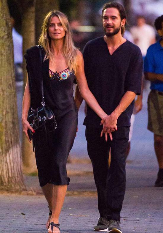 Siêu mẫu Heidi Klum (45 tuổi) yêu nam ca sĩ Tom Kaulitz (28 tuổi) từ tháng 3 năm nay chỉ vài tháng sau khi cô chia tay bồ trẻ Vito Schnabel. Mối tình mới của nữ giám khảo Americas Got Talent cũng nồng nàn không kém cuộc tình cũ. Heidi từng ly hôn ca sĩ Seal năm 2012 và có 4 người con.