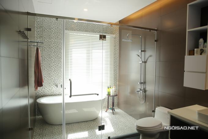 Phòng tắm rộng rãi, sang trọng là một điểm nhấn nổi bật trong căn biệt thự.