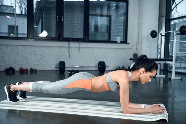 Tập plank giúp làm bắp tay, cơ bụng, mông và đùi săn chắc hơn.