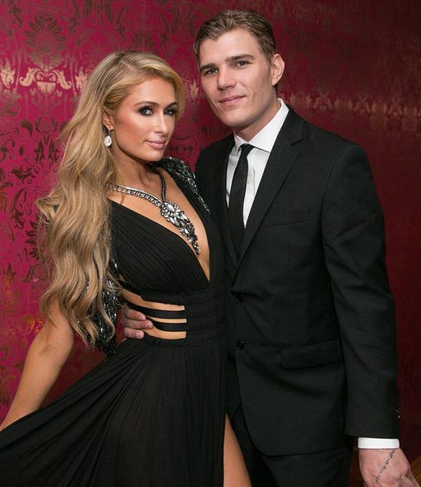 Paris Hilton (37 tuổi) sắp kết hôn với nam diễn viên Chris Zylka kém cô 4 tuổi. Đã trải qua hàng chục mối tình nhưng Paris thổ lộ rằng cô chưa thấy chàng trai nào hợp với mình, yêu thương mình như Chris Zylka. Xuất phát điểm của cặp sao hoàn toàn khác nhau khi Zylka xuất thân trong gia đình nghèo khó còn Paris Hilton là người thừa kế sáng giá của tập đoàn Hilton. Tuy nhiên, sự chênh lệch về gia cảnh cũng như tuổi tác không làm ngăn cách tình yêu say đắm giữa hai người. Paris đã hạnh phúc ngất ngây khi được Chris Zylka cầu hôn vào đầu năm nay.