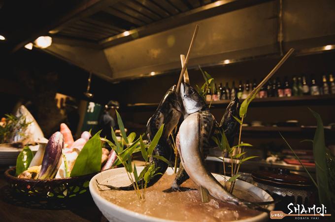 Ẩm thực Nhật Bản chú trọng vào nguyên liệu theo mùa nào thức nấy. Tại Shamoji Robata Yaki, tất cả nguyên liệu được nhập khẩu trực tiếp từ Nhật cho bạn cảm giác như tôm cá tươi rói vừa được đánh bắt từ đại dương đã ở trên bàn nhậu. Rau củ sạch sẽ, có vị ngọt đặc trưng, thể hiện sự chăm chút của các nông dân Nhật Bản.